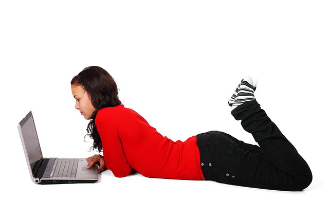Codzienna, intensywna praca przed komputerem ma wpływ na kondycję naszej skóry.